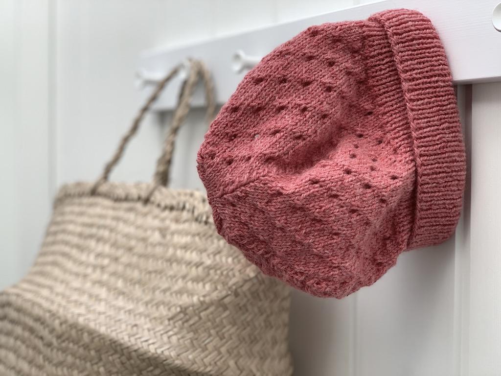 Hue med hulmønster - strikkeopskrift i børnestørrelse