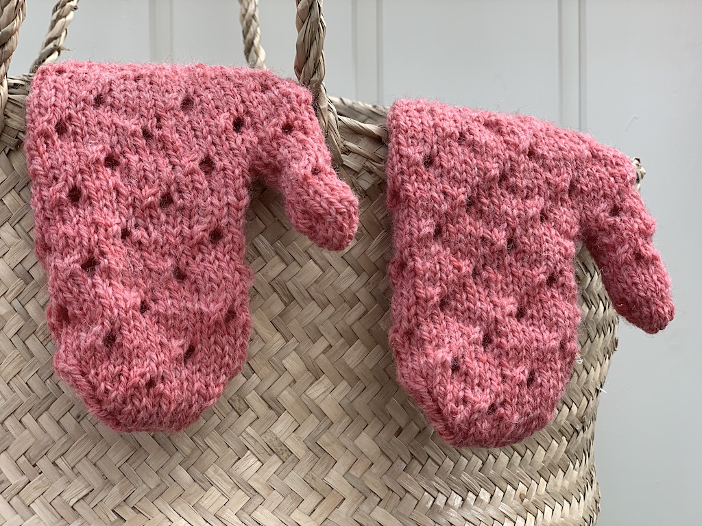 Vanter med hulmønster – strikkeopskrift i børnestørrelse