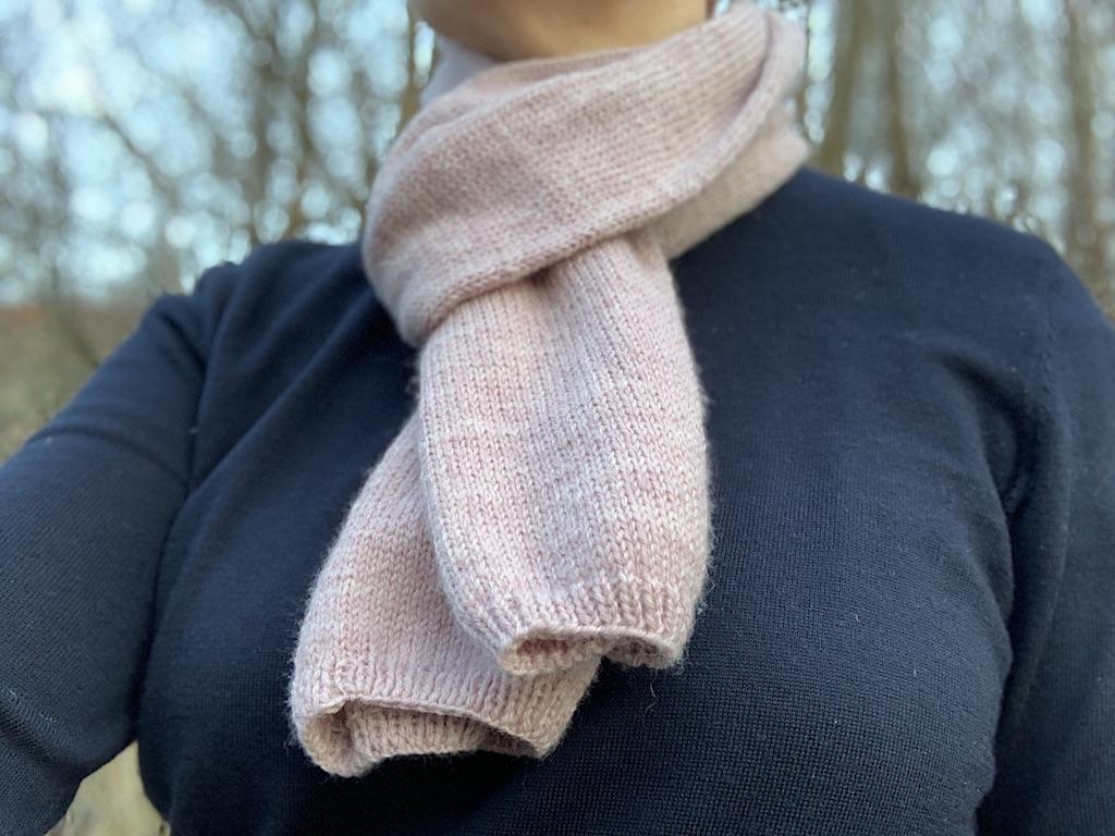 Hjemmestrikket halstørklæde i glatstrik